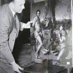 1200px-Rodolfo_siviero_con_un_quadro_di_pontormo_in_un'immagine_degli_anni_cinquanta